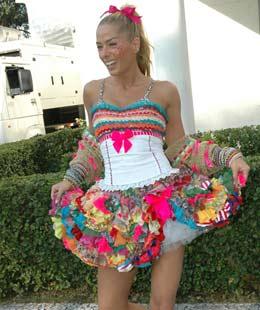 Adriana Galisteu, super linda com sua roupa caipira.